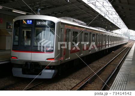 東急東横線、祐天寺駅を発車する各駅停車(5050系電車) 73414542