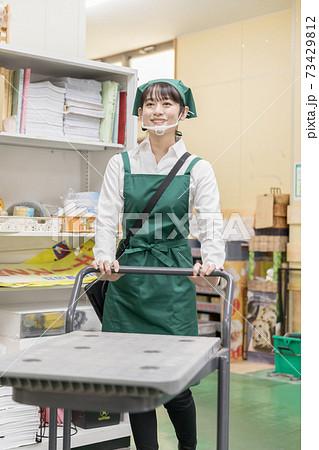 スーパーの裏方で働く人々 73429812