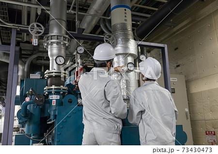 工場施設で働く作業員 教える教育OJT 73430473