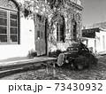 歴史地区の町とクラシックカー 73430932