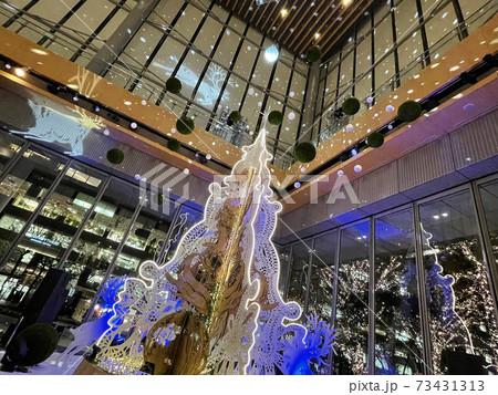 2020年の東京丸の内の丸ビルのクリスマスイルミネーション 73431313
