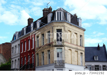 フランスのアパルトマン外観と青空 73442292