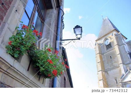 ヨーロッパの教会が見える窓際とグリーン 73442312