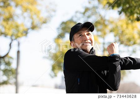 体操・ストレッチする60代の日本人男性 健康・フィットネスイメージ 73443628