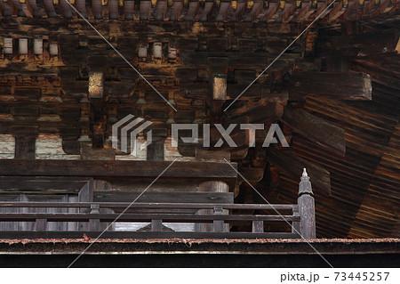 瑠璃光寺五重塔繊細な木組みと高欄宝珠柱 73445257