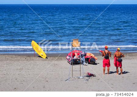夏の海を見守るライフセーバー二人組・横写真 73454024