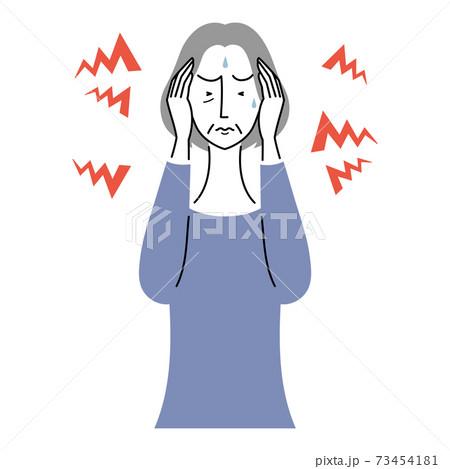 音に過敏になっているシニア女性 73454181