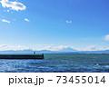 【神奈川県】江ノ島から見た雲のかかる富士山 73455014