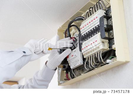電気工事 配電盤 作業員 73457178
