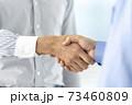 握手 ビジネスシーン イメージ 73460809