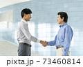 握手 ビジネスシーン イメージ 73460814