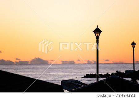 オシャレな街灯と朝焼け 海岸沿いの風景 73484233