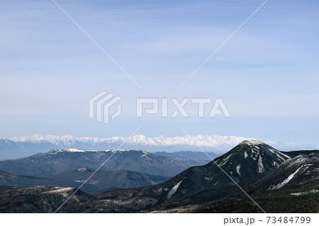 冬の八ヶ岳、天狗岳山頂から蓼科山と北アルプスの眺め 73484799