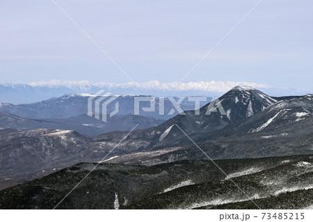 冬の八ヶ岳 天狗岳山頂から蓼科山と北アルプスの眺め 73485215