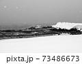 雪降る日本海 73486673