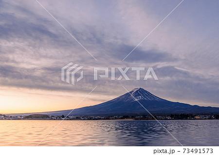 河口湖と夜明けの富士山(幻想的な空のグラデーション) 73491573