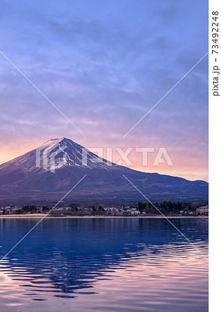 明け方の紅富士と河口湖(逆さ富士) 73492248