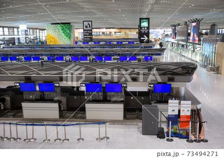コロナ禍の成田空港内の国際線出国ターミナル 73494271