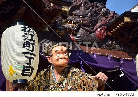 小江戸川越 川越祭りの鮮やかな装飾の山車の上で踊る人 73504973