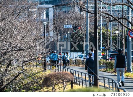 日本の東京都市景観 緊急事態宣言下。皇居周辺を走るランナー(救急車が…)=1月16日、「国会前」付近 73506910