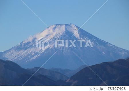 高尾山の山頂から見た冬の富士山のアップの写真 73507408