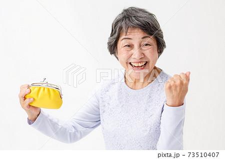 財布を持って喜ぶシニア女性 ガッツポーズ 73510407