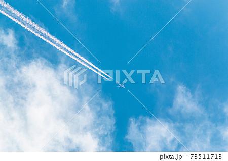飛行機と飛行機雲 73511713