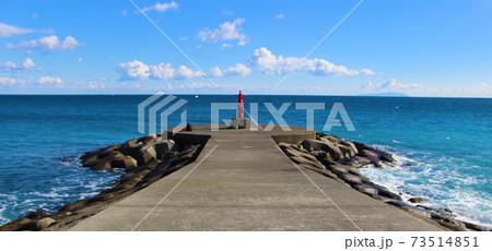 灯台のあるデッキで海釣りする風景 73514851