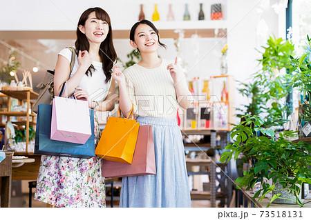女性 ショッピング 買い物 かわいい ライフスタイル カジュアル 73518131
