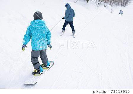 スノーボードを楽しむ子ども達 73518919