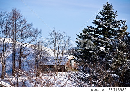 田舎の雪山に建っていた古びた建物 73518982