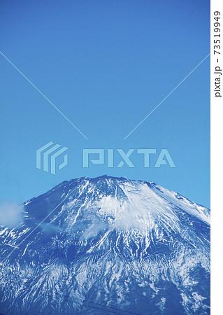 雪の少ない富士山(鮎沢パーキングエリアからの眺め) 73519949