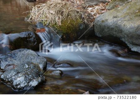 森の小川の小さなwaterfall 73522180