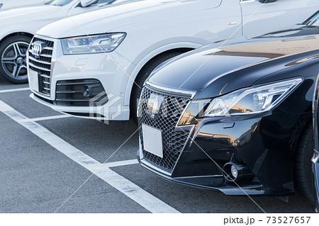 駐車場の自動車 73527657