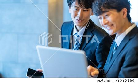 ビジネス 男性 オフィスワーク パソコン操作 人材育成 73535164