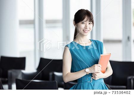 手帳を持つ若い女性 73536402