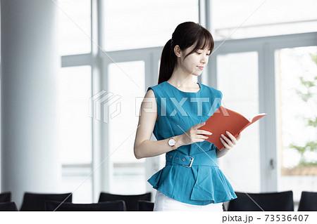 手帳を持つ若い女性 73536407