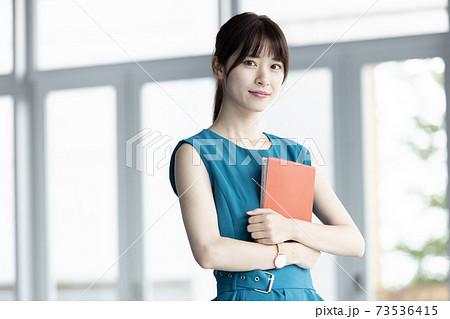手帳を持つ若い女性 73536415