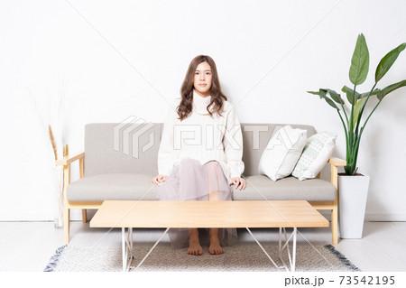 リビングのソファーに座る若い女性 73542195
