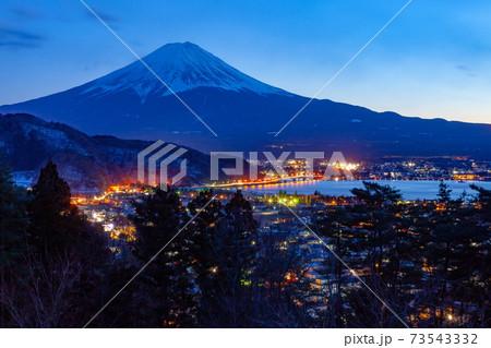 富士山と山梨県富士河口湖町の夕景 73543332