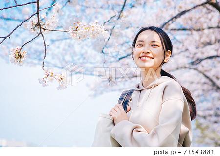 桜と若い女性 73543881