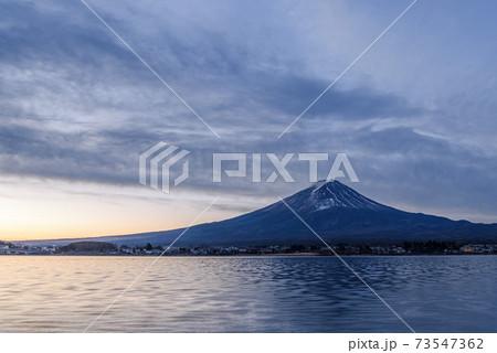 夜明けの富士山と河口湖(薄曇り) 73547362