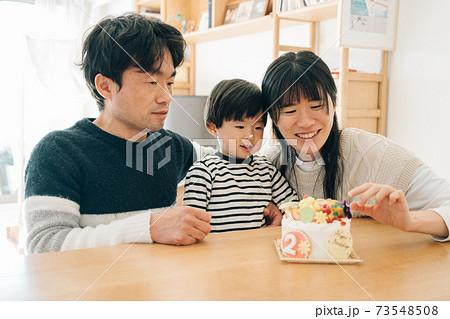 男の子の子育てイメージ・誕生日ケーキと家族・2歳児と両親 73548508