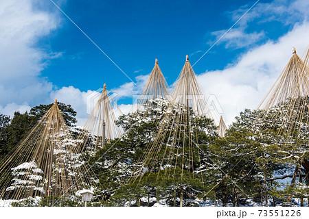 青空が広がる兼六園の雪景色 73551226