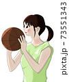 バスケットボールを持ち、シュート直前の女の子 73551343