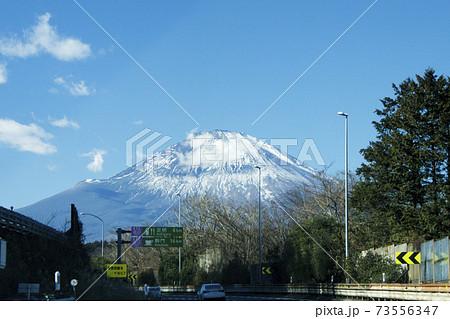 高速道路(下り)から見える富士山 73556347