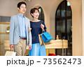 買い物をする夫婦 撮影協力:g GIFT AND LIFESTYLE 73562473