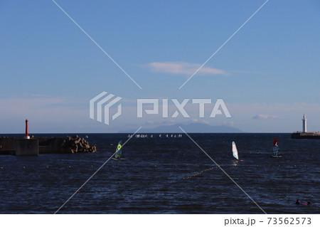 片瀬海岸から見るボードセーリングとヨット 73562573