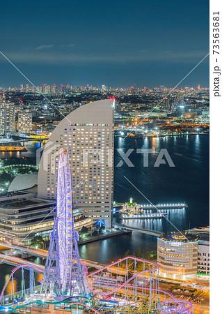 横浜 ランドマークタワー 午後 東京湾 遊園地 船 空 雲 夕方 海 デート 都会 みなとみらい 73563681