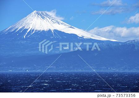 西伊豆岩地温泉より雪を頂いた富士を眺める 73573356